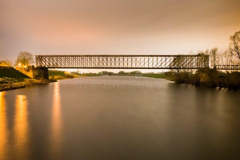Alte Industriebahneisenbahneisenbrücken-Mitteperspektive O stockfoto