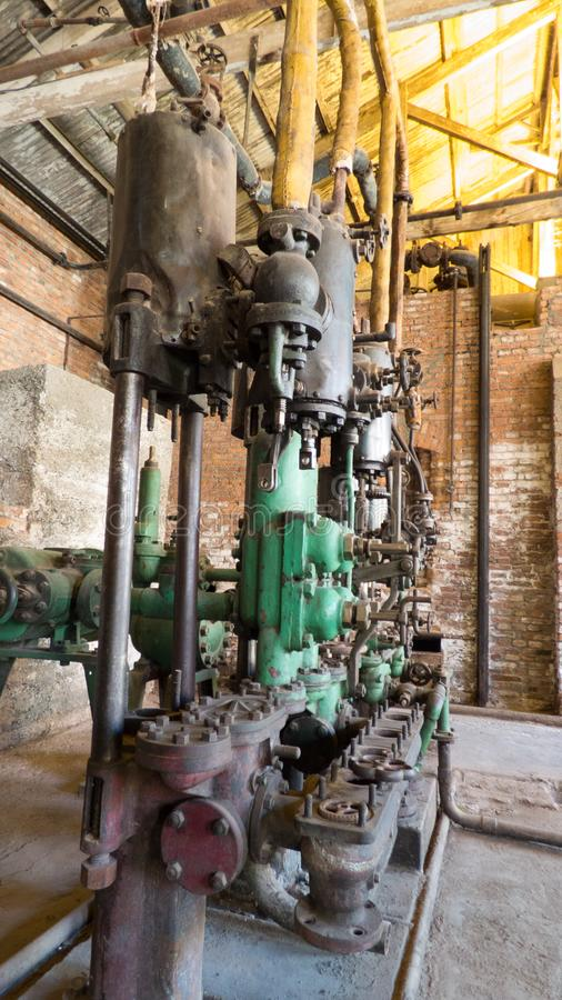 Alte industrielle Maschine mit Rohren lizenzfreie stockfotos
