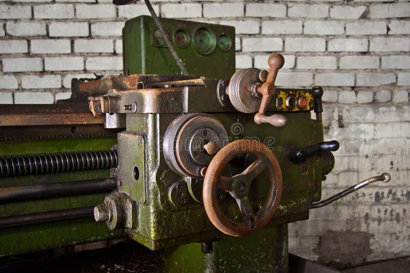 Alte industrielle Werkzeugmaschine Rostige Metallausrüstung in verlassener Fabrik stockbilder