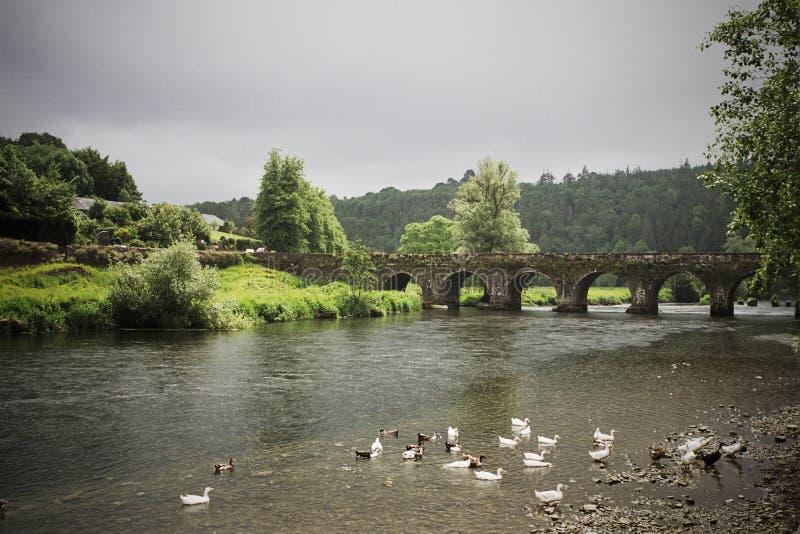Alte irische Brücke und Dorflandschaft stockfoto
