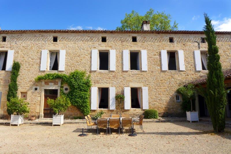 Alte italienische Artvilla mit Speiseraum im Freien stockbilder