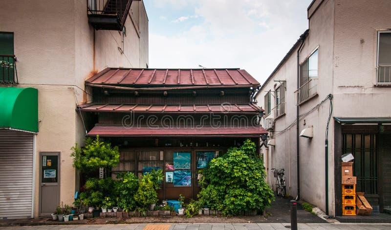 Juni 2014 Shinagawa, Tokyo, Japan: Alte Japanische Haus  Alte Japaner  Kaufen Zwischen Zeitgenössischen Gebäuden In Shinagawa, Tokyo, Japan