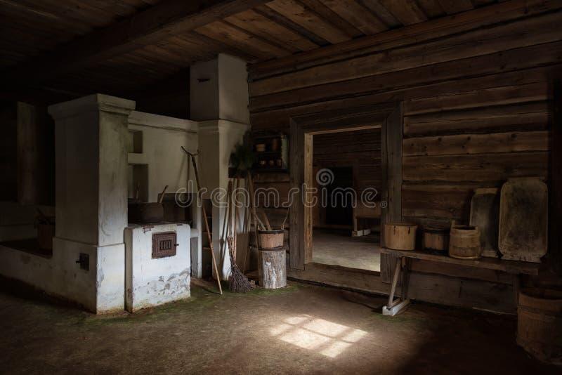 Alte Küche mit Ofen stockbild