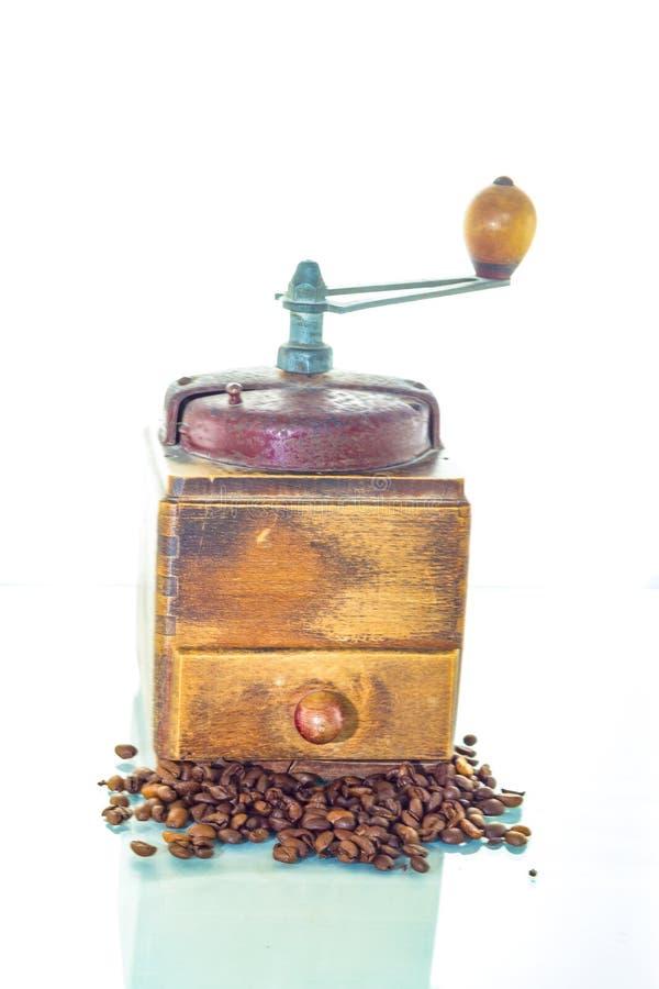 Alte Kaffeemühle mit Bohnen lizenzfreies stockfoto