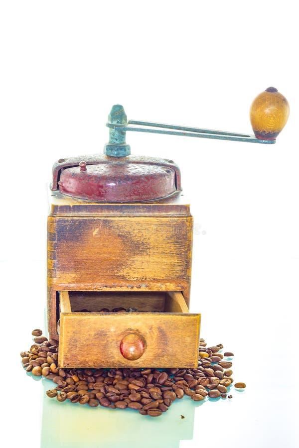 Alte Kaffeemühle mit Bohnen stockbild