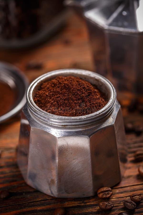 Alte Kaffeemaschine gefüllt mit gemahlenem Kaffee lizenzfreies stockfoto