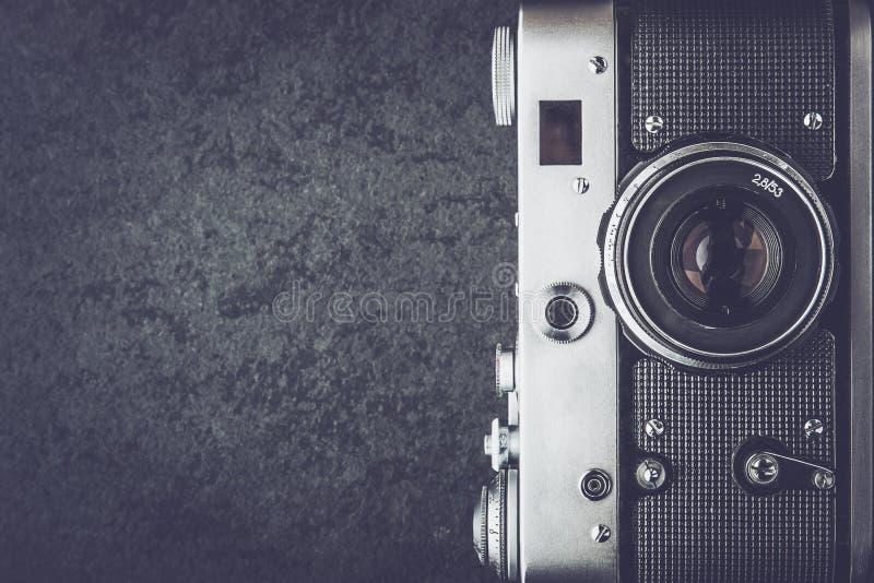 Alte Kamera auf der Schwarzweiss-Draufsicht des Steinhintergrundes lizenzfreies stockbild