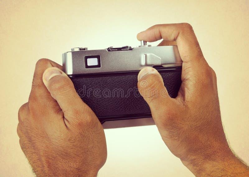 Alte Kamera in der Hand stockfoto