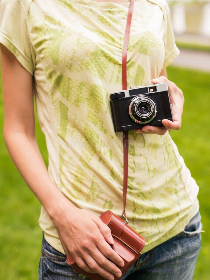 Alte Kamera der Weinlese in der Hand lizenzfreie stockfotografie