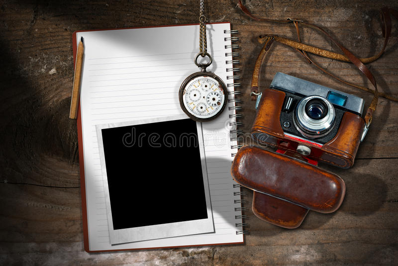 Alte Kamera - sofortiger Foto-Rahmen und Notizbuch lizenzfreie stockfotos