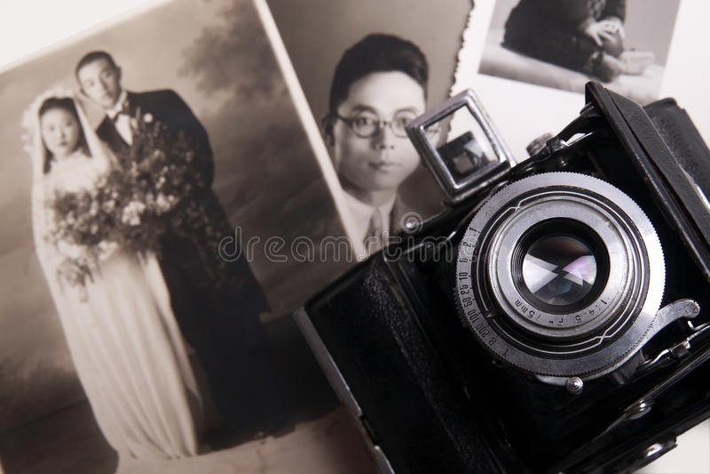 Alte Kamera und altes Foto stockfotografie