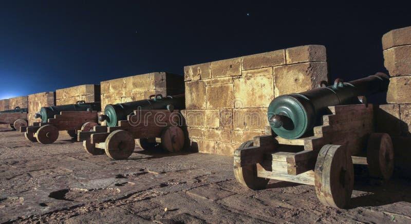 Alte Kanone an Stadtmauern Essaouira Marokko lizenzfreies stockfoto