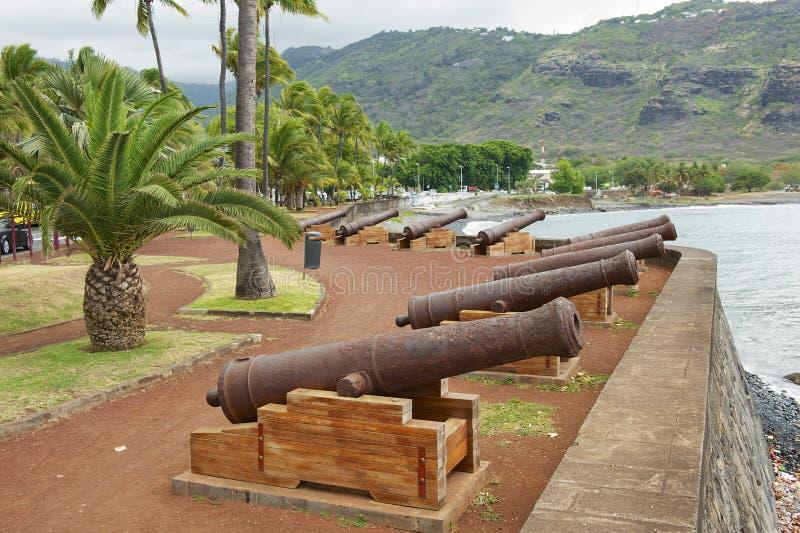 Alte Kanonen an der Seeseite des St- Denisde-La Réunion, Kapital der französischen Überseeregion und der Abteilung von Réunion lizenzfreies stockbild