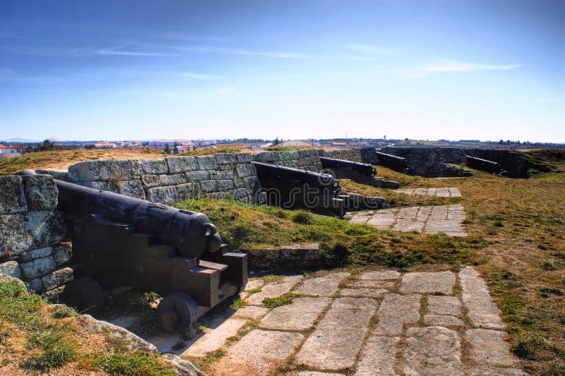 Alte Kanonen historischen Dorfs Almeida und der verstärkten Wände stockbild