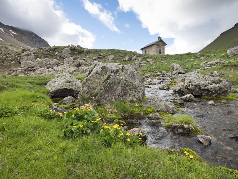 Alte Kapelle nahe Col. de Vars in den französischen Alpen von Haute Provence lizenzfreies stockfoto