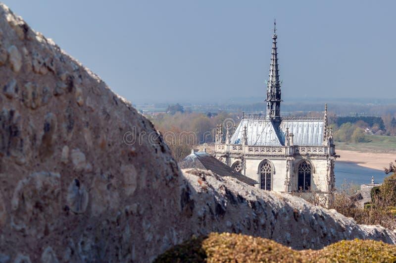 Alte Kapelle und ein Fluss stockbild