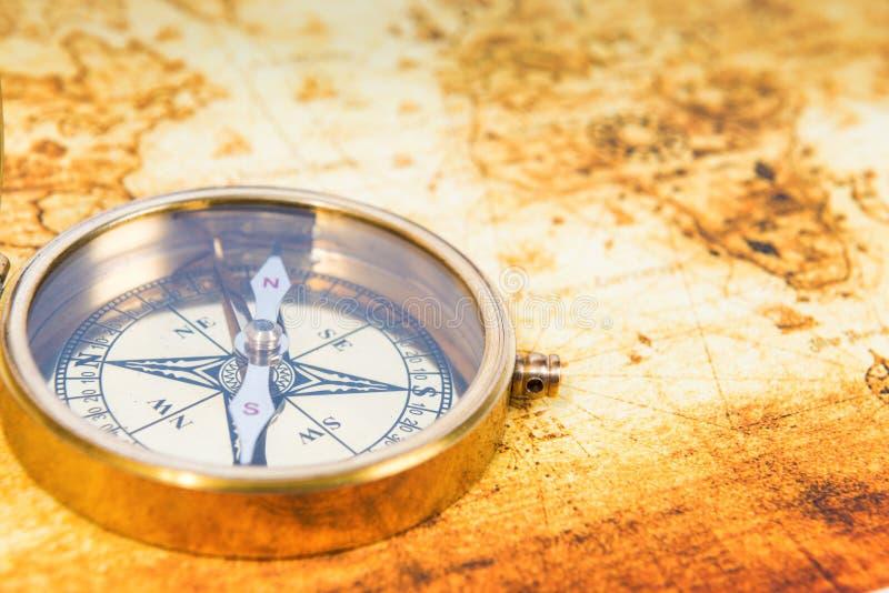 Alte Karte mit einem alten Kompass stockfotos