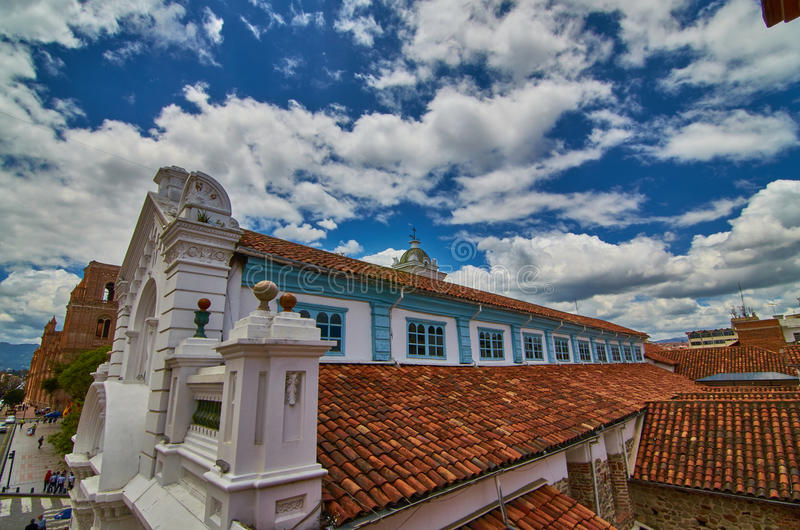 Alte Kathedrale im Himmel lizenzfreie stockfotografie