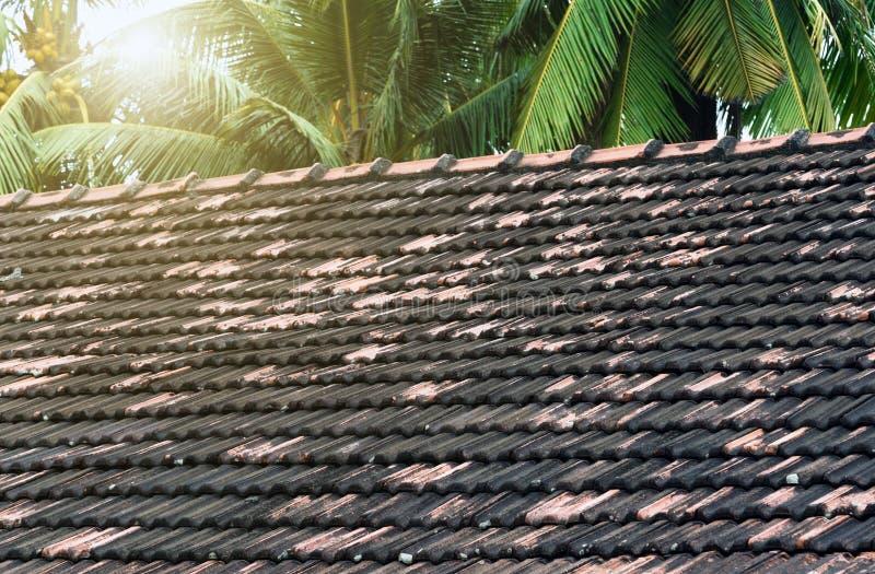 alte Keramikfliesen des Frühlingssonnen-Dachs stockbild