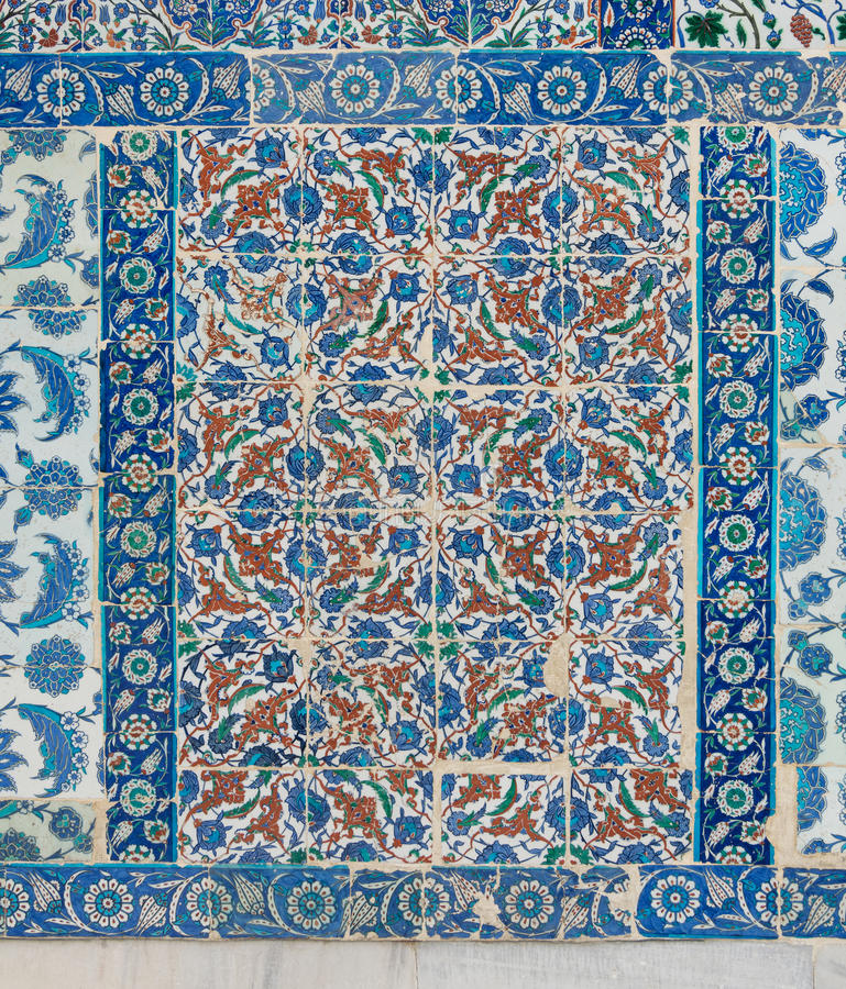 Alte keramische Wandfliesen mit blauem mit Blumenmuster in einer Außenwand des historischen Eyup Sultan Mosque stockfoto