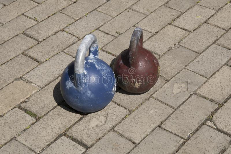 Alte Kesselglocken benutzt für crossfit Training lizenzfreies stockfoto