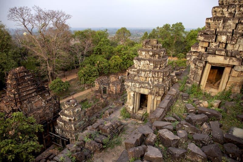 Alte Khmertempelansicht in Angkor Wat, Kambodscha Sonnenaufgang in Phnom Bakheng Morgentau in Tempel Phnom Bakheng stockfotos