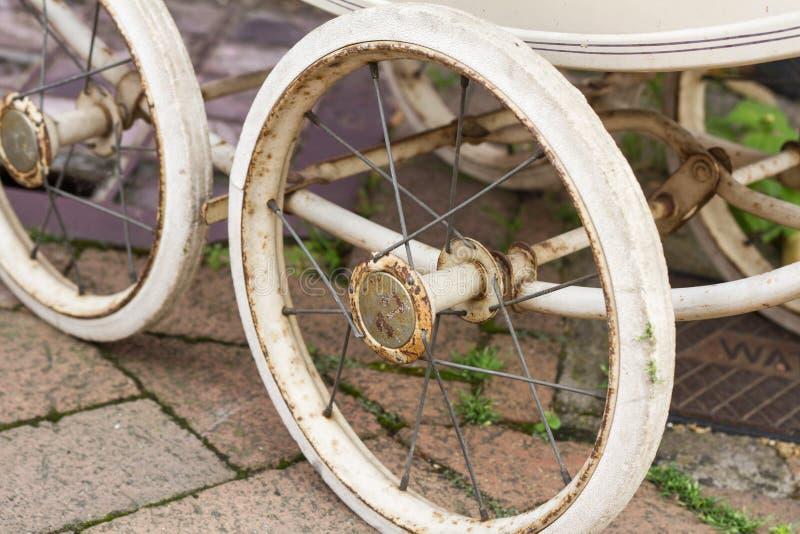Alte Kinderwagen-Räder, Horsham, mittleres Sussex, Großbritannien stockfoto