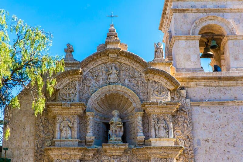 Alte Kirche in Arequipa, Peru, Südamerika. Arequipas Plaza de Armas ist eine von schönsten in Peru. stockfoto
