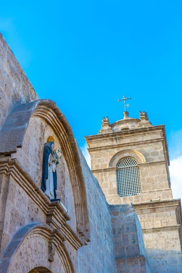 Alte Kirche in Arequipa, Peru, Südamerika. Arequipas Plaza de Armas ist eine von schönsten in Peru. stockfotografie
