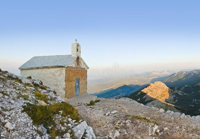 Alte Kirche in den Bergen bei Biokovo, Kroatien lizenzfreies stockbild
