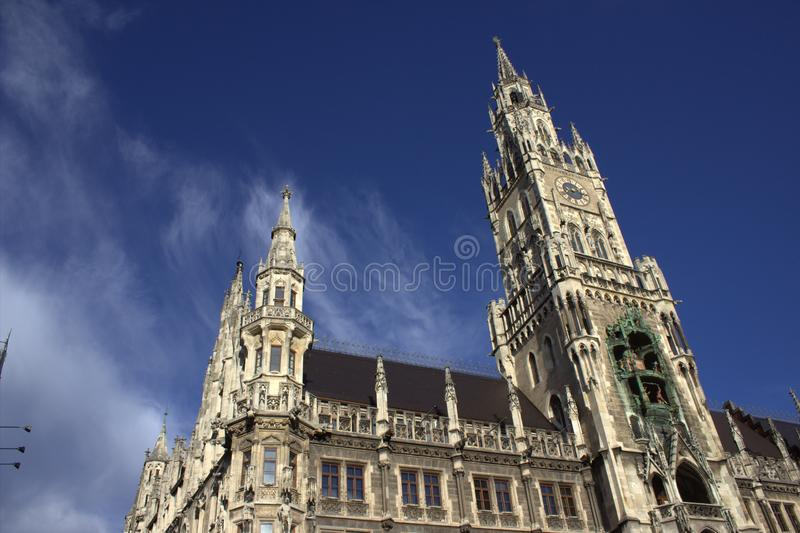 Alte Kirche in der Stadt lizenzfreies stockbild