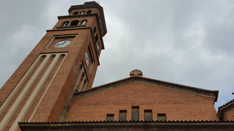 alte Kirche, die in Richtung zu den Wolken steigt stockbilder