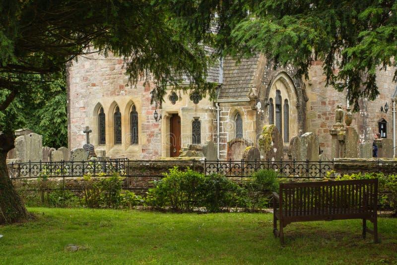 Alte Kirche durch Loch Lomond in Schottland stockfotografie