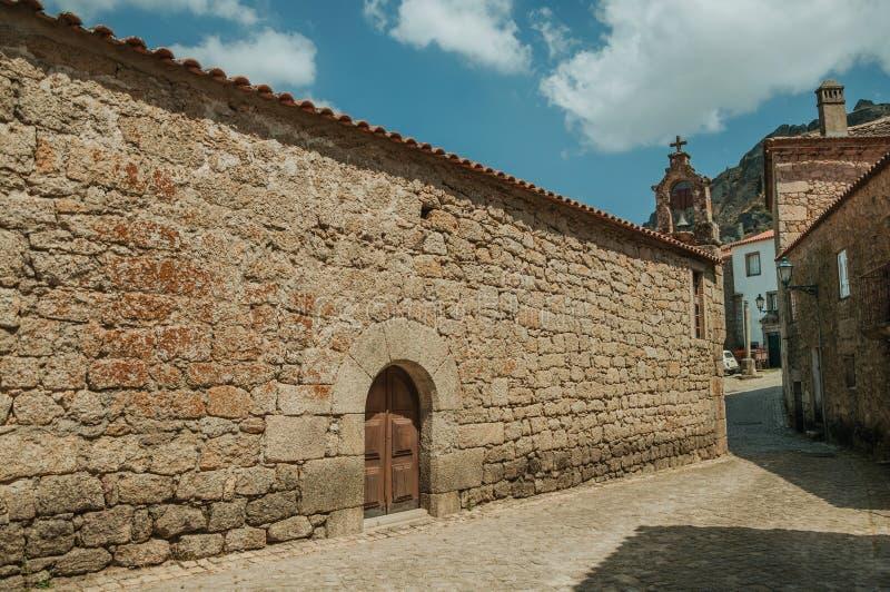 Alte Kirche mit Steinwand und Glocke bei Monsanto stockfotografie