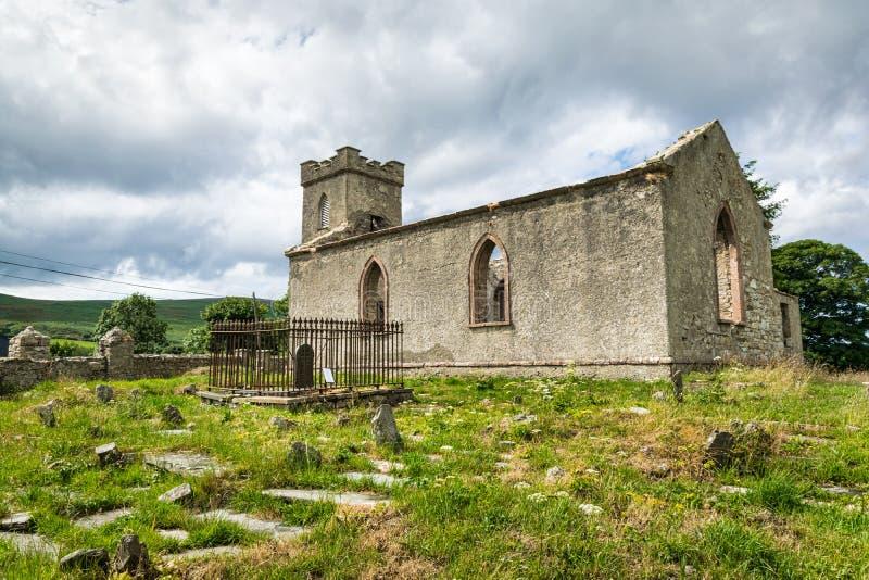 Alte Kirche und Grab Yarrd in Irland lizenzfreie stockfotos