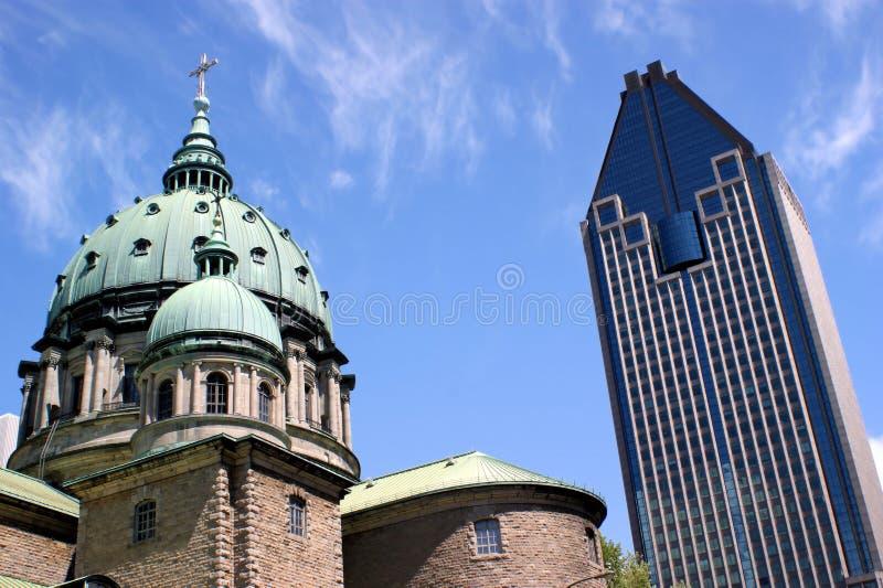 Alte Kirche und modernes Gebäude lizenzfreie stockbilder