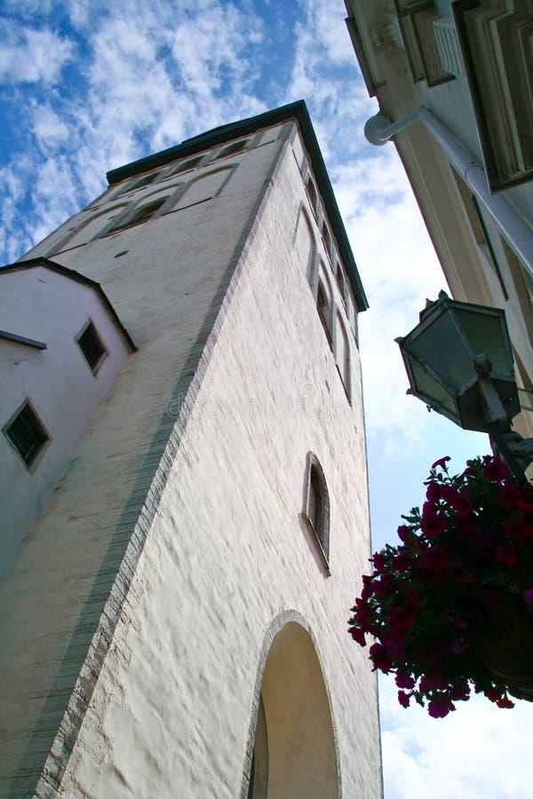 Alte Kirche und Wolken stockfoto