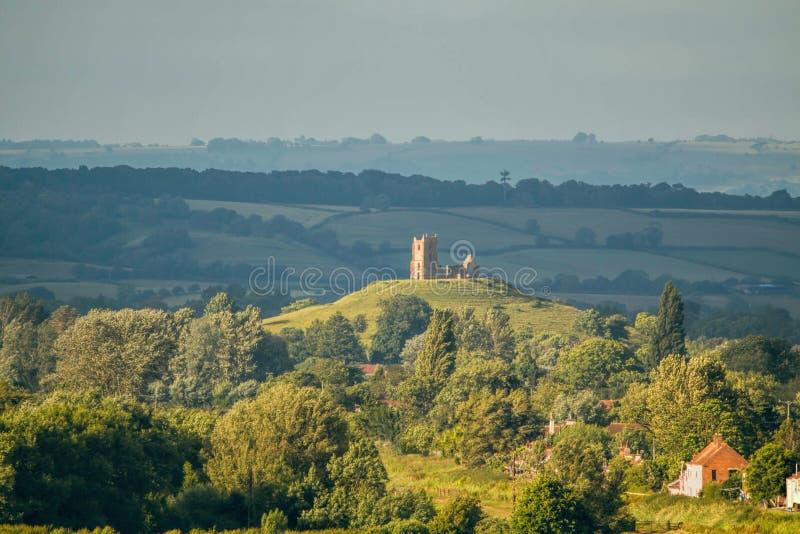 Alte Kirchen-Ruine auf einer Hügel-Landschaft stockfotografie