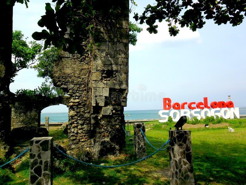 Alte Kirchenruinen und das Barcelona, Sorsogon-Zeichen stockfotografie
