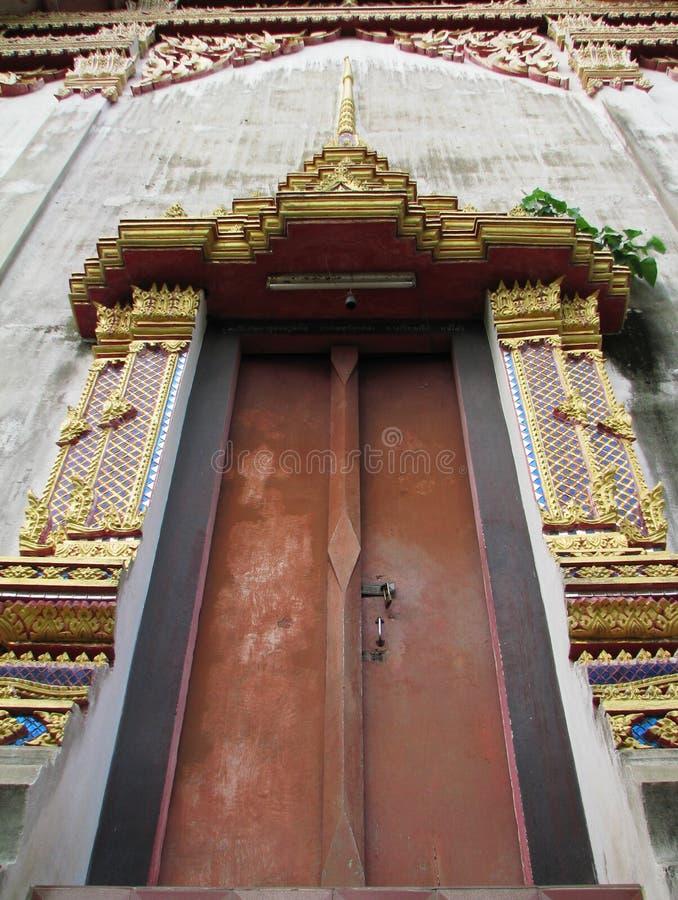 Alte Kirchentür verziert mit thailändischem Motiv stockfotos