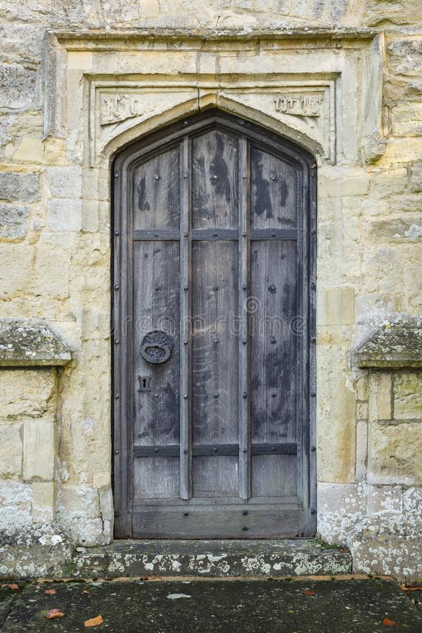 Alte Kirchent?r stockfotografie