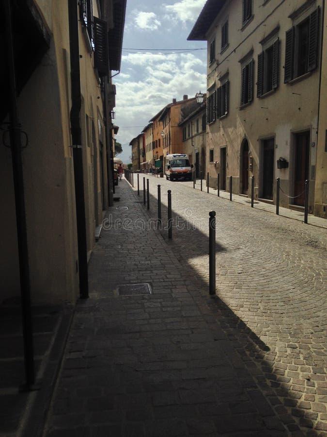Alte kleine italienische Stadtstraße stockfotos