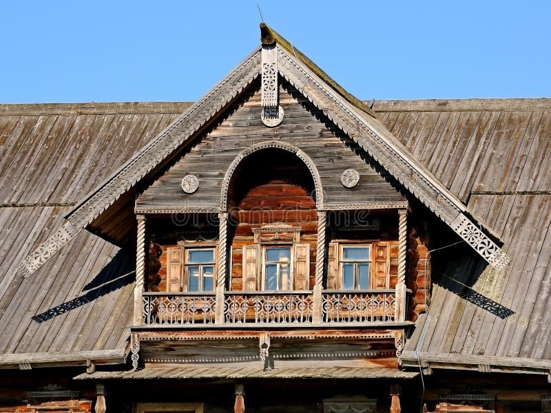 Alte Klotzhütte des Fensters und des Balkons Klotzhüttenfassade, Fragment woodcarving nahaufnahme Hölzerne Architektur Russland K stockfotografie