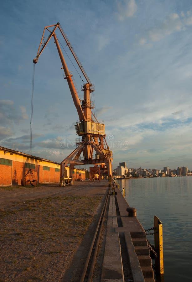 Alte Kräne im historischen Teil des Hafens der Stadt von Porto Alegre lizenzfreies stockfoto