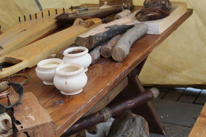 Alte kreative Werkstatt für die Herstellung von Musikinstrumenten stockbild