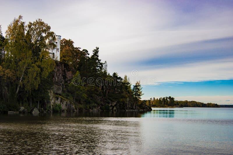 Alte Krypta auf einem Felsen auf dem See in der Montag-Reposreserve lizenzfreie stockfotos