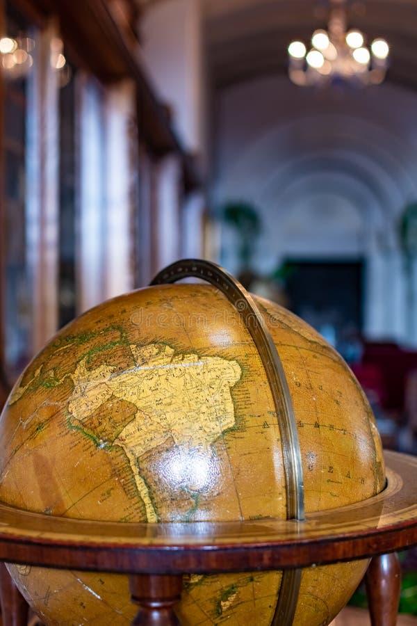 Alte Kugel auf Bücherregalhintergrund mit selektivem Fokus und Retrostil-Wissenschaft stockfotos
