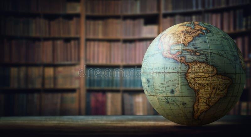 Alte Kugel auf Bücherregalhintergrund Selektiver Fokus Retro- Art stockbilder