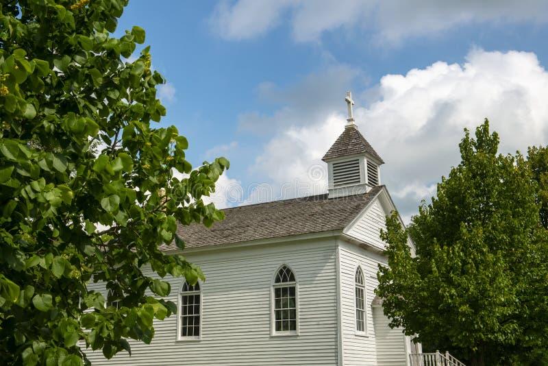 Alte ländliche Weinlese-Land-Kirche stockfotografie