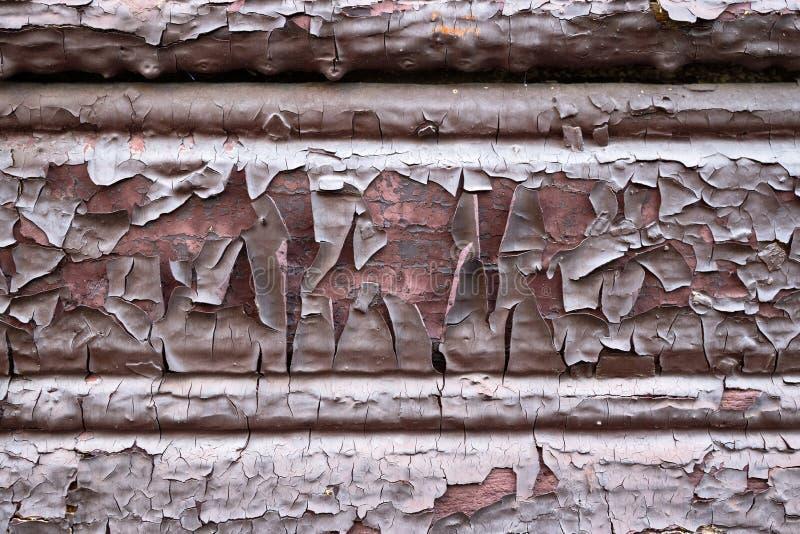 Alte lackierte, verdünnte, fleckige, schuppige Holzmalerei Wand brauner Schokolade rosa innen als Design Hintergrund oder Textur stockbild